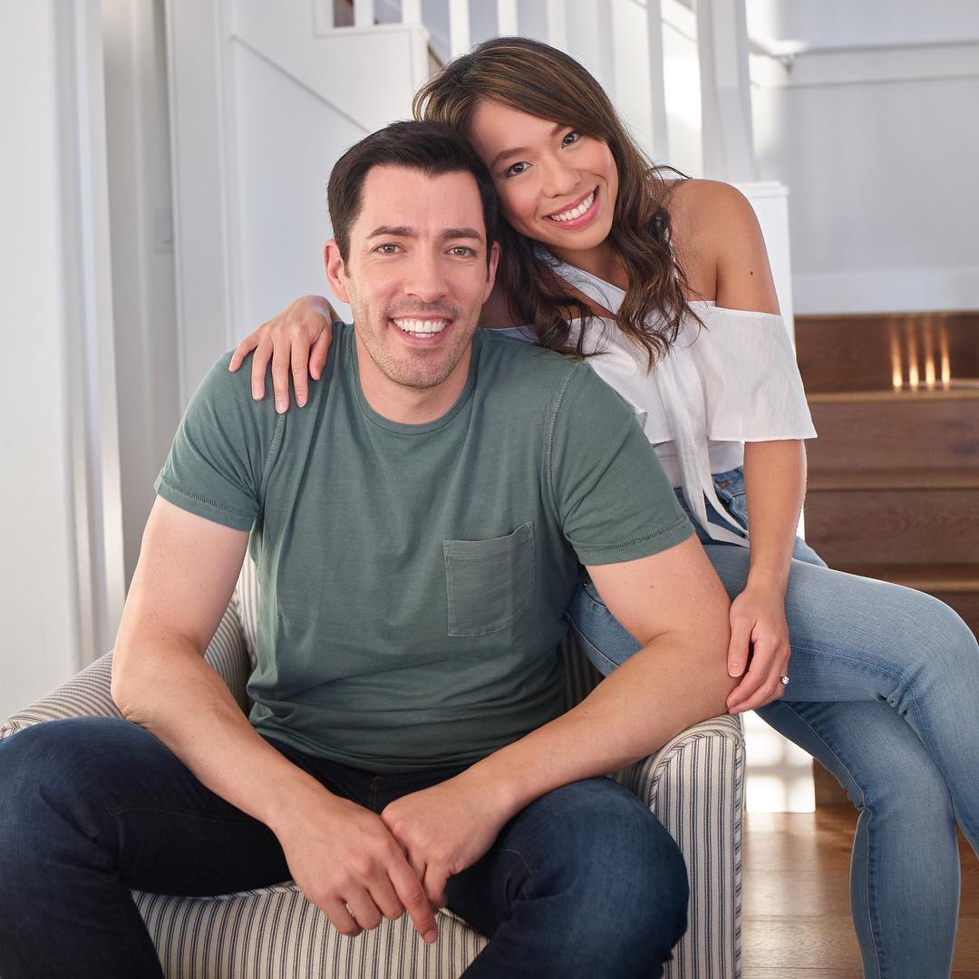 Drew scott and linda phan land 39 property brothers 39 spinoff for How tall are the property brothers