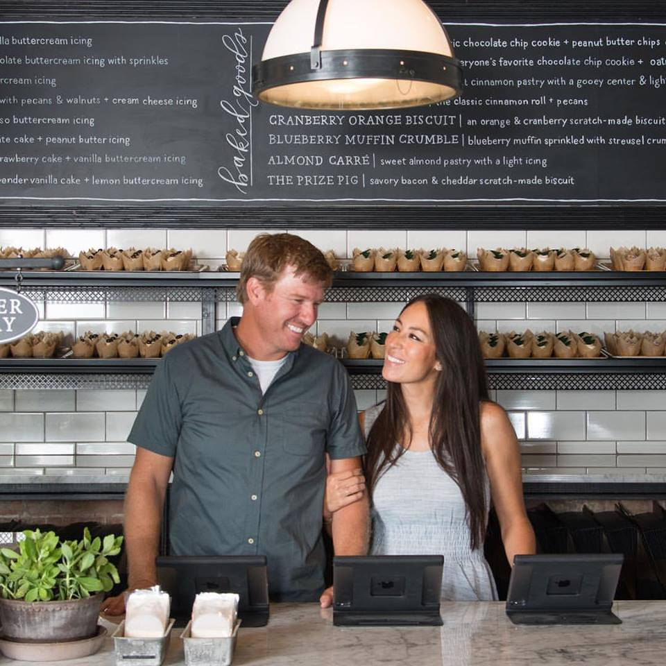 Chip gaines and joanna gaines laugh off divorce rumors for Chip and joanna gaines getting divorced