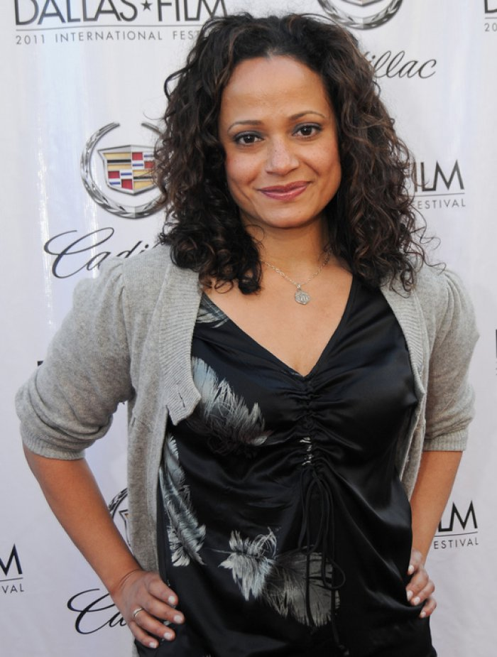 'Scrubs' star Judy Reyes fractures pelvis in fall at home ...
